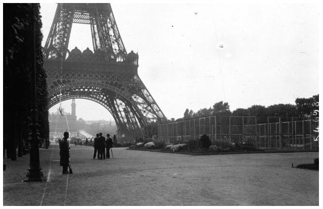 Le poste de télégraphie sans fil de la Tour Eiffel gardé militairement - ©Agence Meurisse (1914)