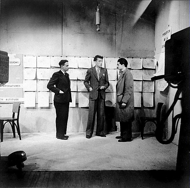Explication d'une carte télévisée au studio de la télévision en 1948